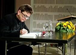 Overath signiert Bücher im Literaturhaus Basel