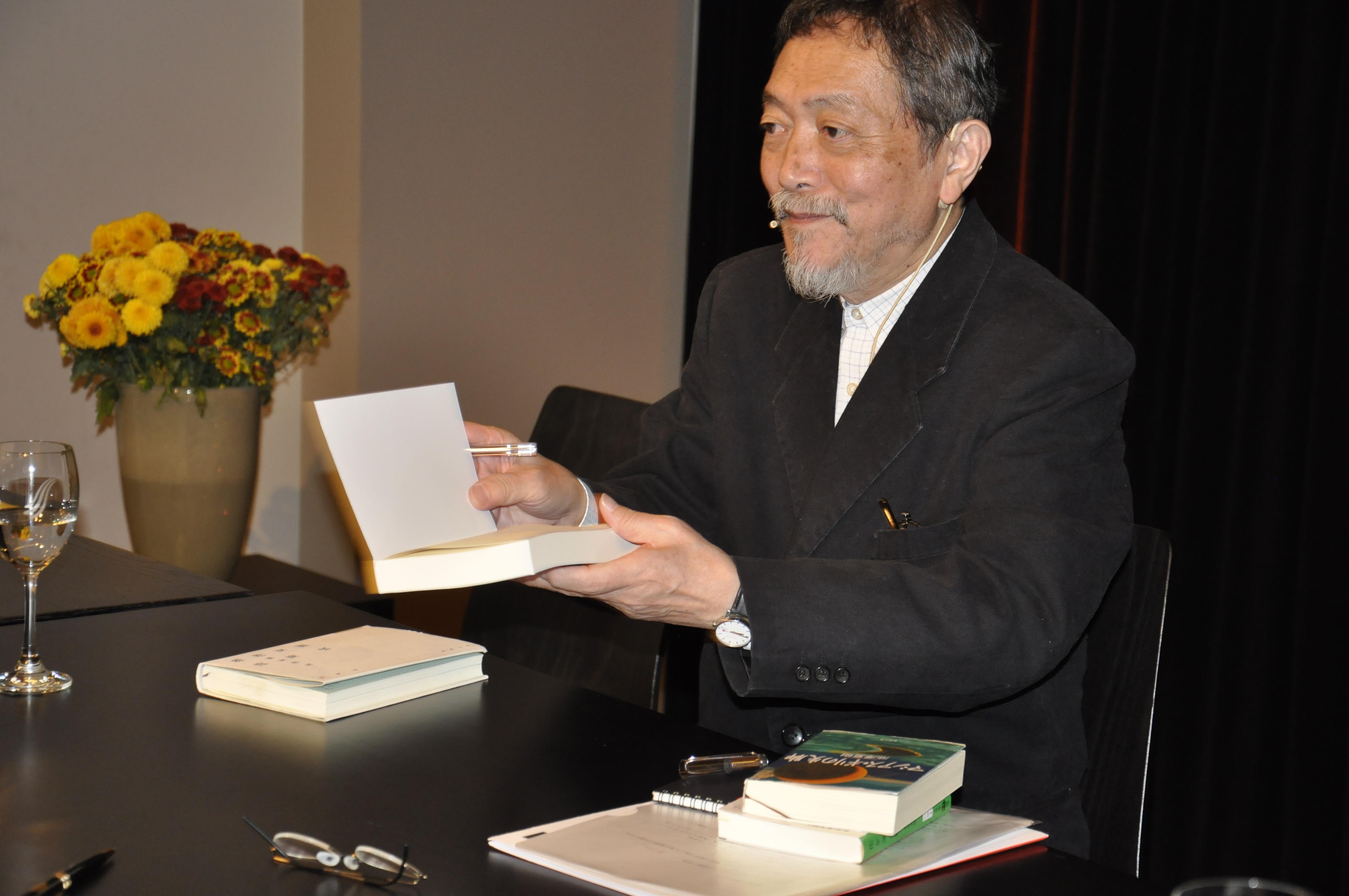 Natsuki Ikezawa im Literaturhaus Basel beim Signieren seiner Bücher, 29. Oktober 2014