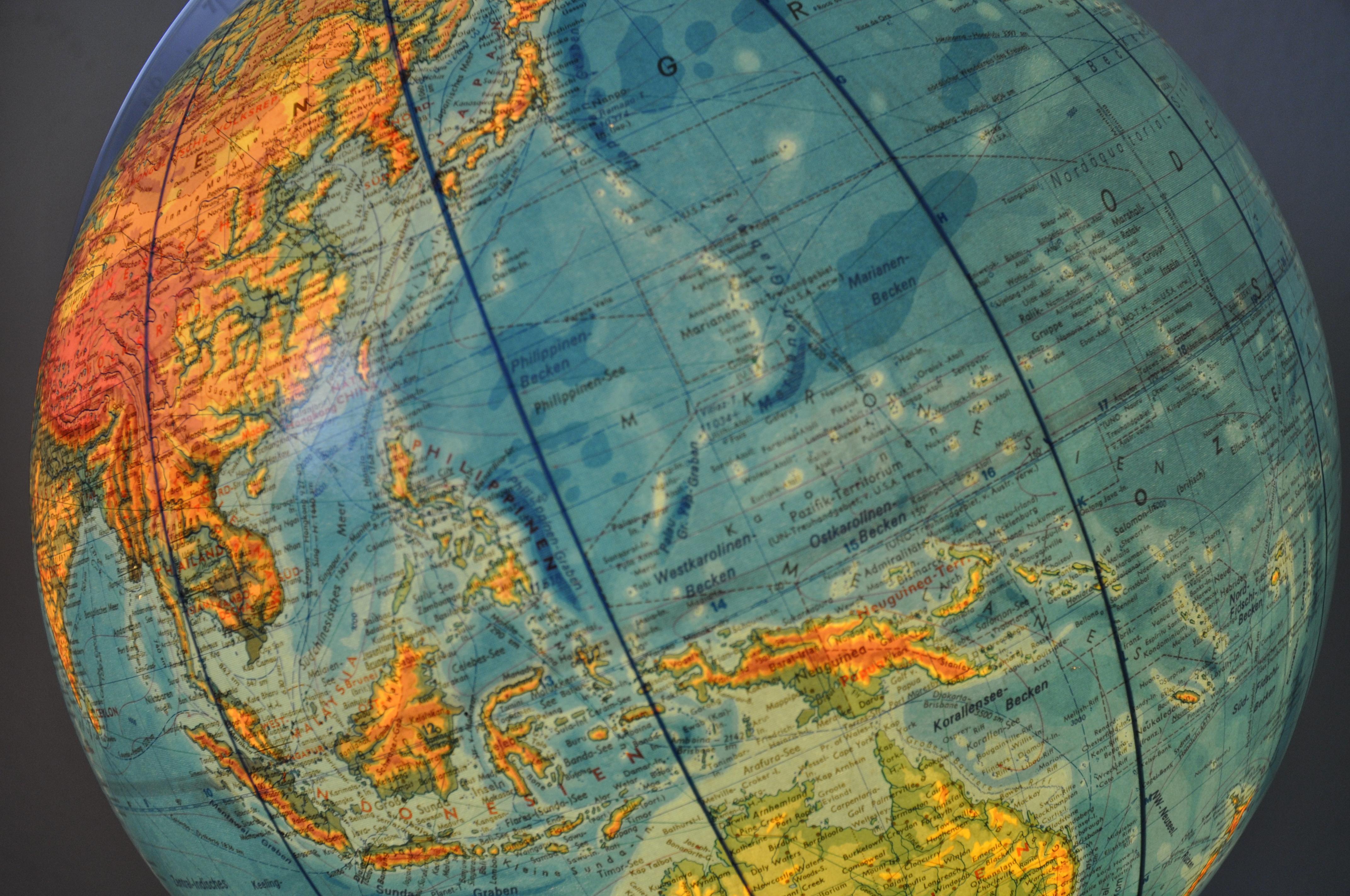 Mikronesien liegt südlich von Japan, zwischen den Philippinen und Papua Neuguinea. Es besteht aus tausenden von Atollen und Inseln. Auf dem antiken Globus des Grossvaters ist noch das ehemalige Verwaltungsgebiet der USA eingezeichnet.