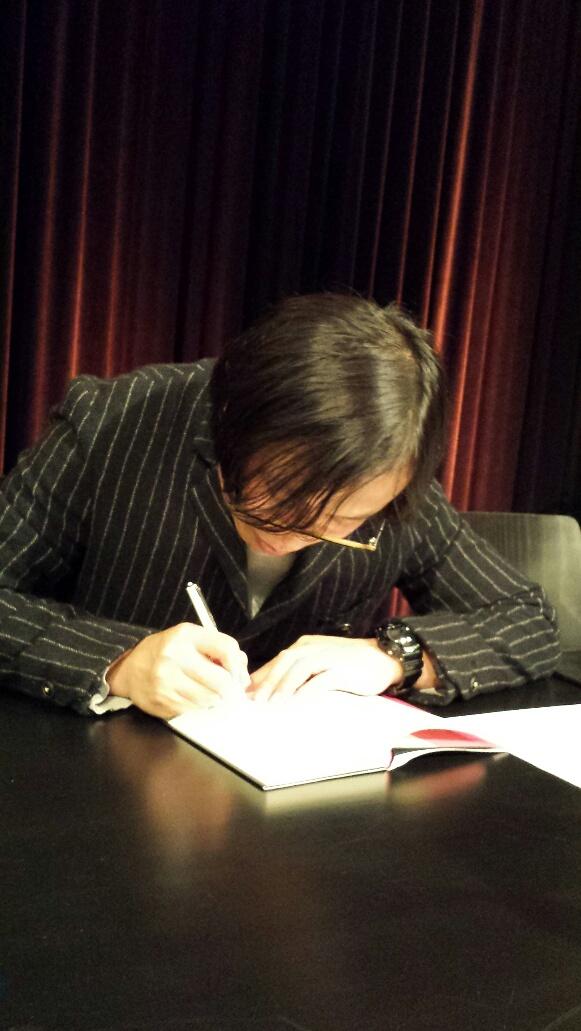 Tashiki Okada signiert seinen einzigen Roman im Literaturhaus Basel im November 2014
