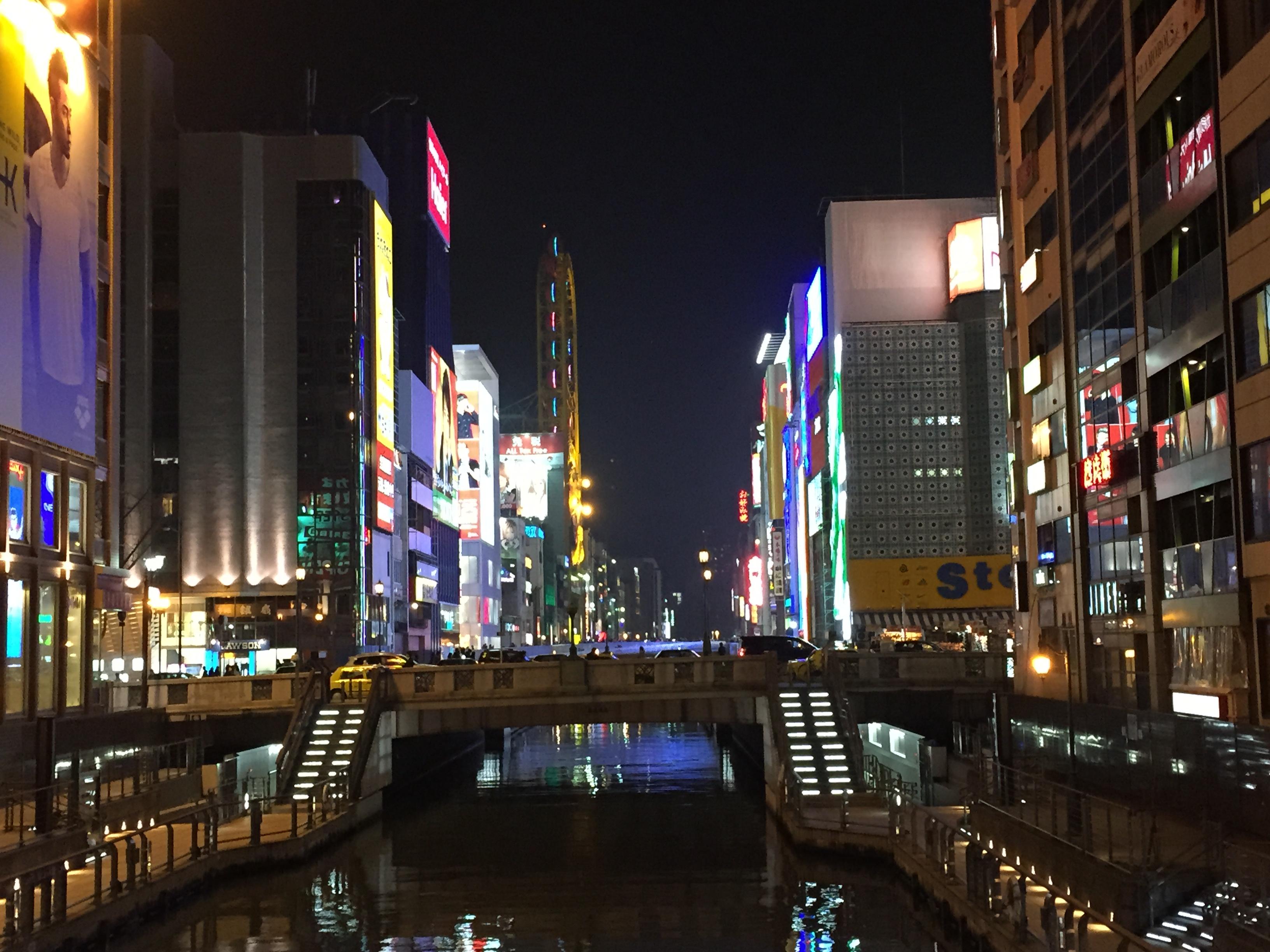 Der Lieblingsstadtteil der Touristen mit der riesigen Werbung.