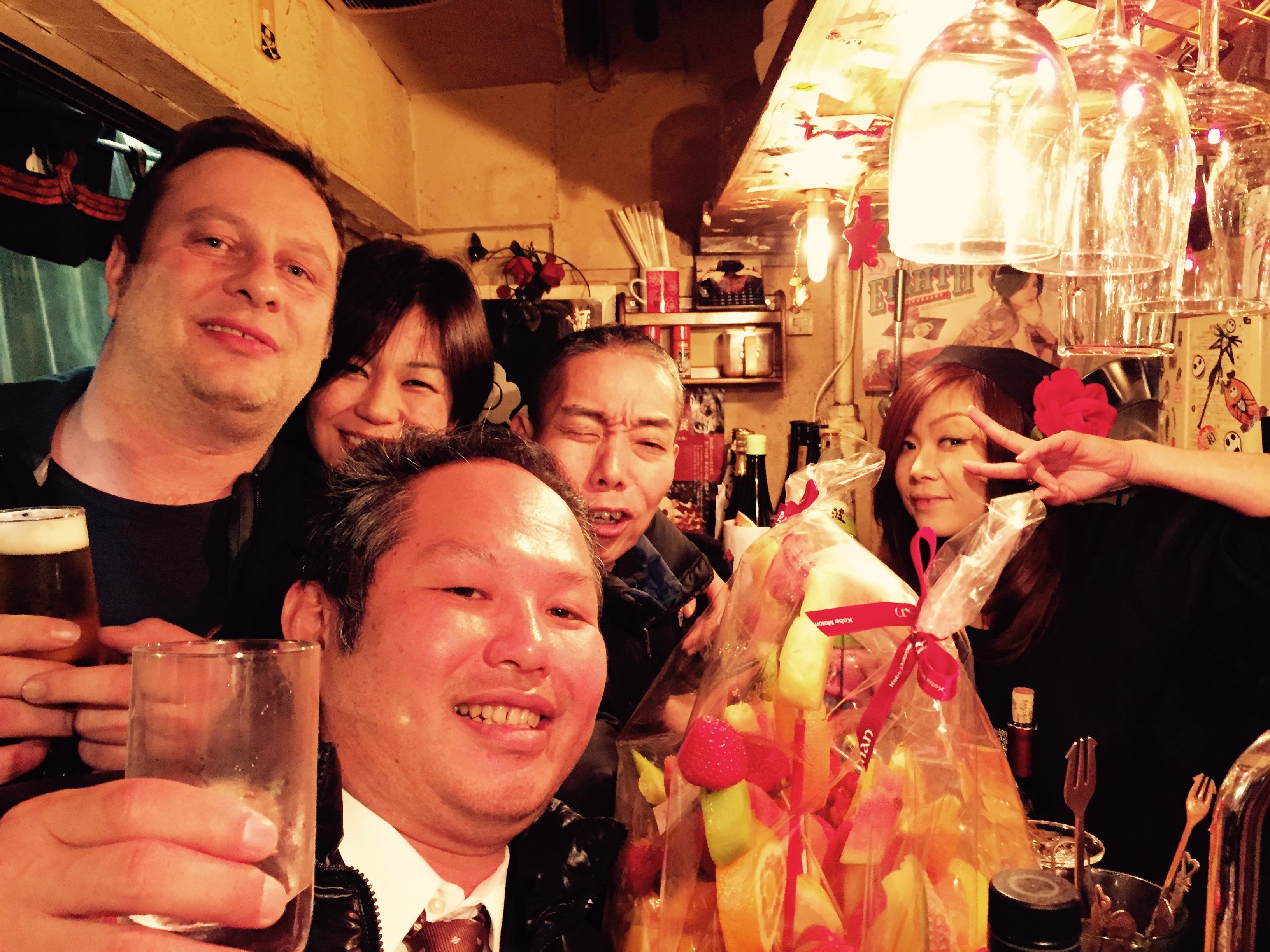 In einer 3m2 grossen Bar haben 8 Leute Platz, mit einer schrägen Barkeeperin Carmen, die ihr 8-jähriges Barjubiläum feiert