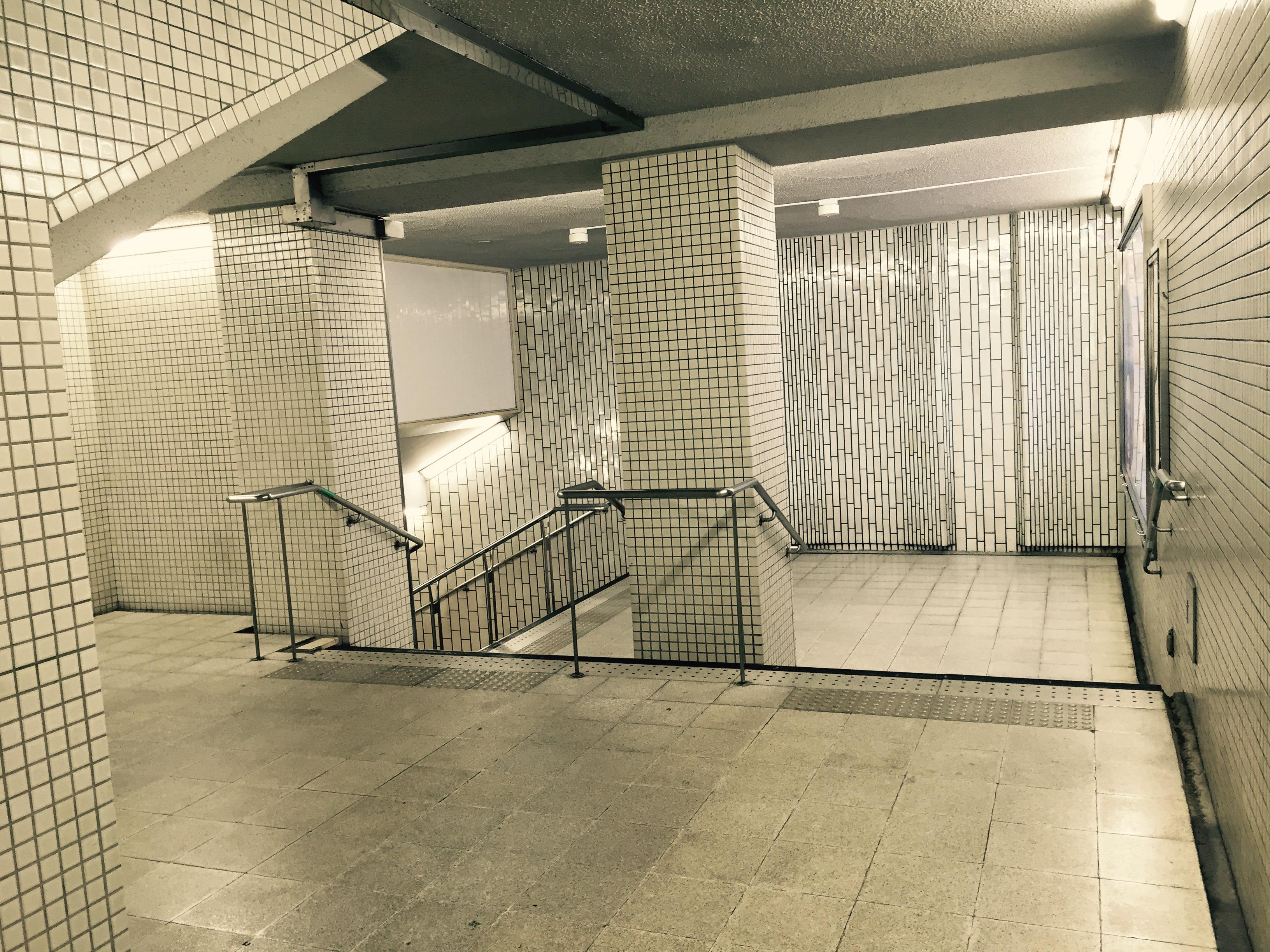 U-Bahnstation in Sennichimae auf dem Weg zum Abendessen, beklemmend leer, so gestört leer