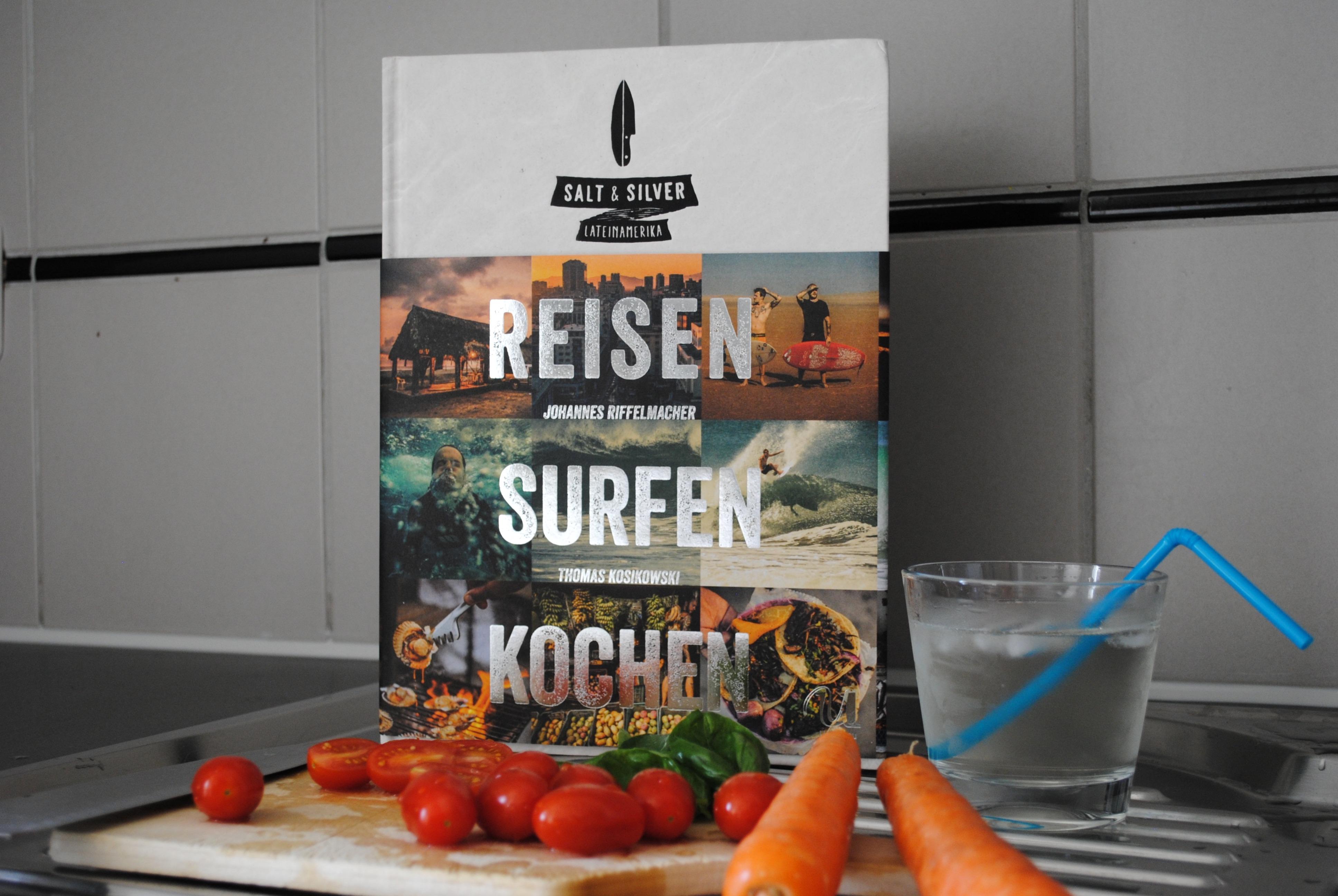 """""""Reisen, Surfen, Kochen"""" von Johannes Riffelmacher und Thomas Kosikowski ist 2015 im Neuer Umschau Buchverlag erschienen und umfasst 320 Seiten. Das Projekt der beiden nennt sich """"Salt and Silver"""" und es soll in Zukunft noch weitere Reisen geben."""