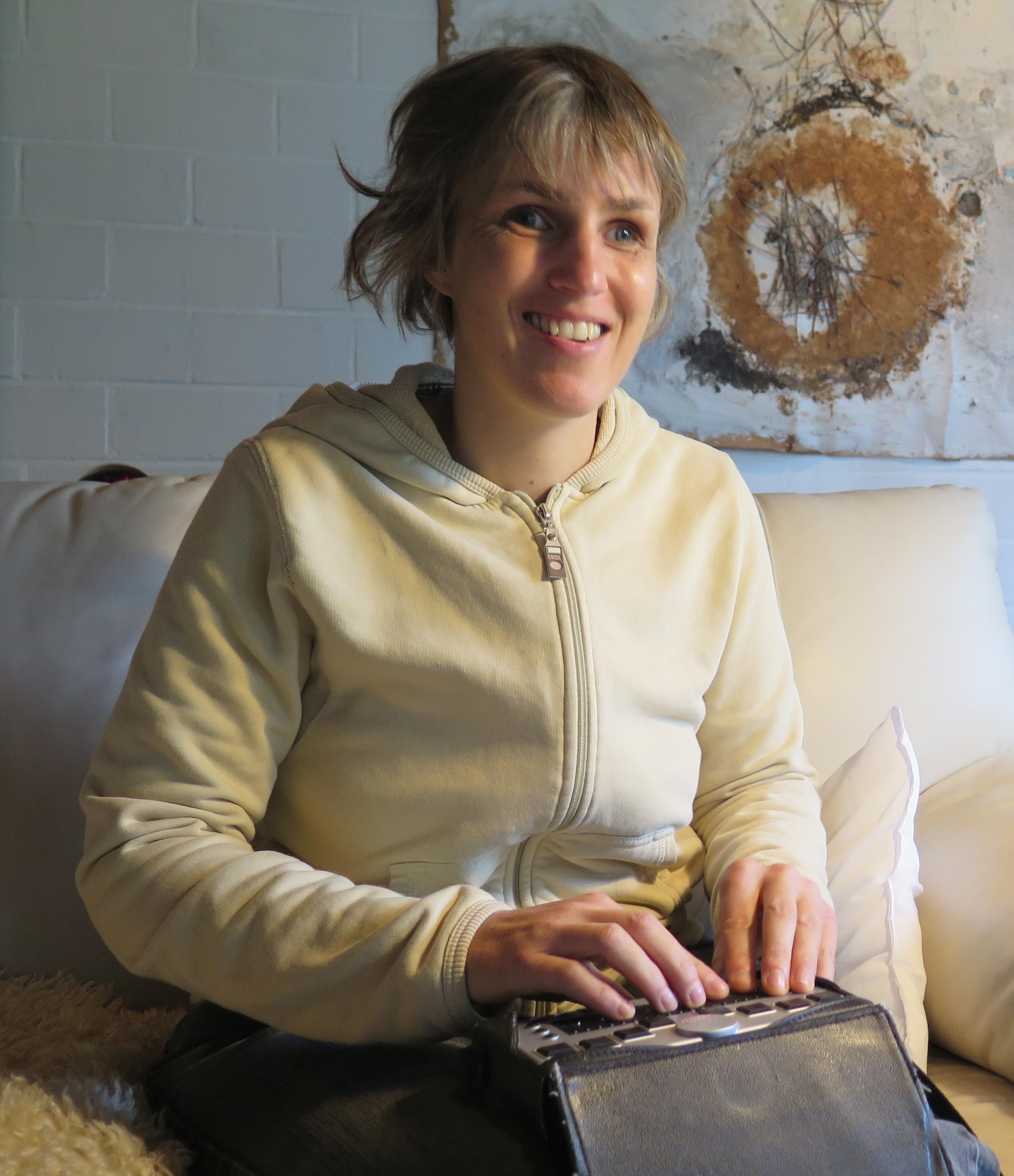 Sabriye Tenberken mit ihrem speziellen Braille-Computer für Blinde, dem